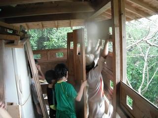 中村家にもあった木造シャッターを下ろす.jpg