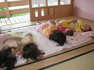 昼寝する子どもたち.JPG