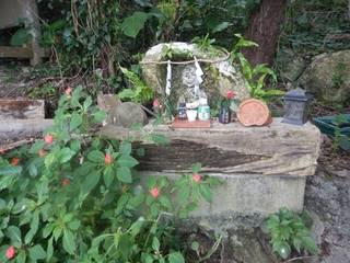 水車小屋池のほこら地蔵さん_R.jpg