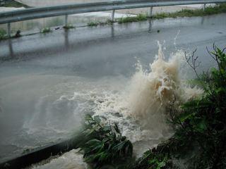 逆流する雨水.JPG