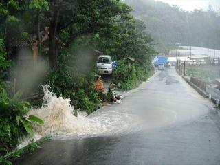 道路にあふれる水.JPG